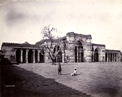 General view of the façade of the Jami Masjid, Ahmadabad 1711